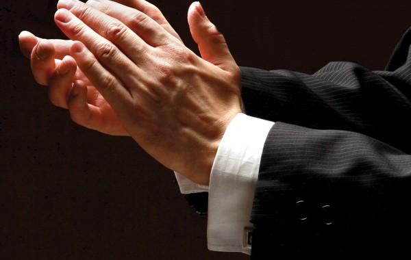 Féliciter en tête à tête : bonne ou mauvaise idée ?