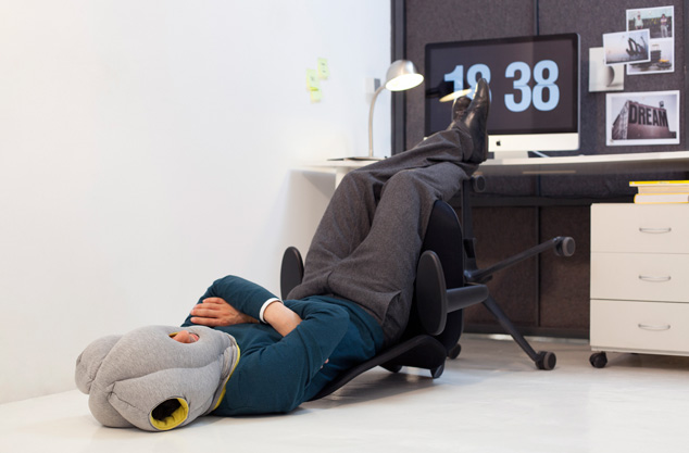 l 39 oreiller portatif pour dormir au bureau j 39 aime le lundi mieux vivre le travail j 39 aime le. Black Bedroom Furniture Sets. Home Design Ideas