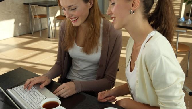 Selon une étude Linkedin, l'amitié au travail favoriserait l'ambiance au bureau !