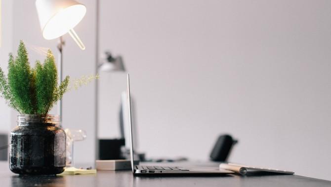 Nettoyage de rentrée pour ensoleiller votre bureau et booster la QVT